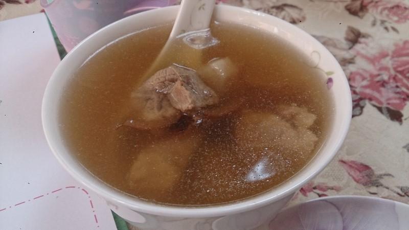 薬膳を入れた豚肉と山芋のスープ