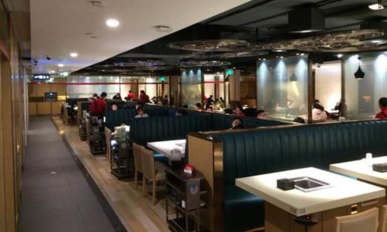 広州市にある四川料理の火鍋の海底撈火鍋のお店の店内の座席が並んでいる