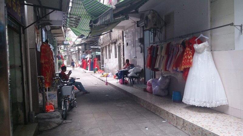 広州の【婚紗街】の裏道でウェディングドレスが何着も飾られている