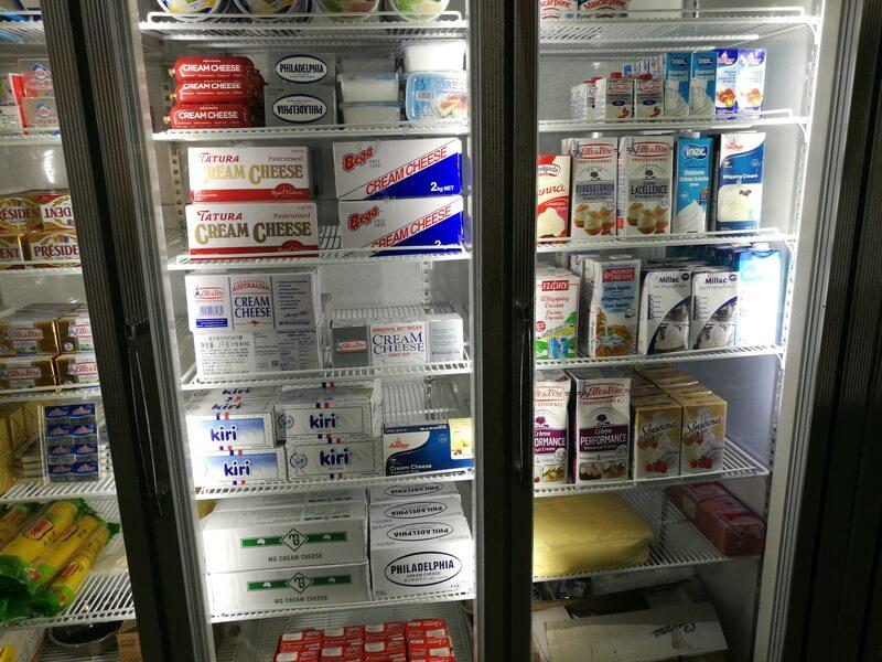 広州の南泰百贷批发中心市場のチーズの棚