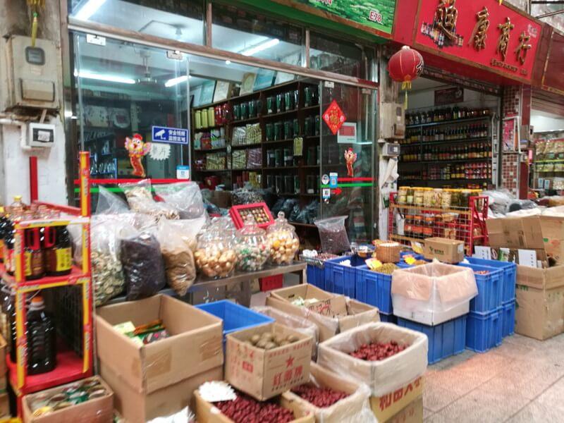 広州の南泰百贷批发中心の市場にある調味料の店と乾物の店