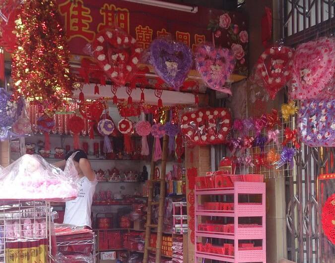 広州の婚紗街の中国式の結婚式で使う小道具類が写っている。