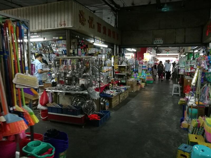 広州の南泰百贷批发中心市場の金物商店とプラスチック雑貨のお店