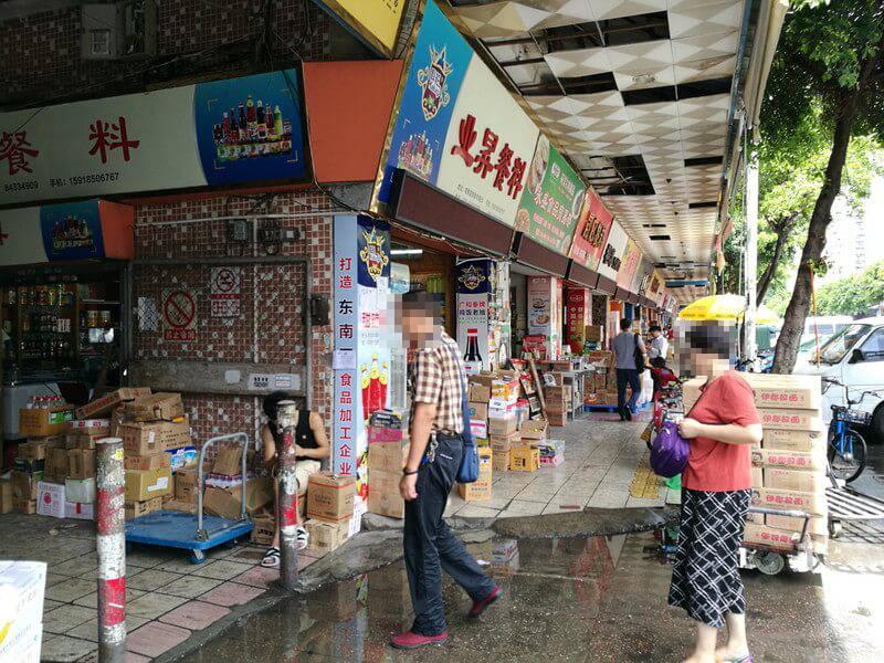 広州のチーズ市場!南泰百贷批发中心の入り口で商店が並んでいる