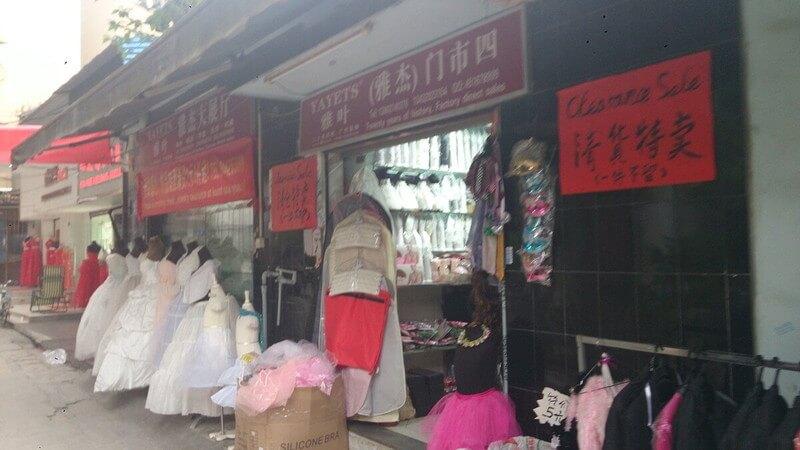広州の婚紗街の裏路地でウェディングドレスをマネキンに着させて売られている