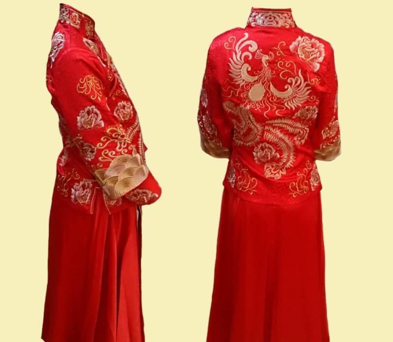 婚沙街の中国式の伝統的な婚礼衣装で赤く起因色の刺繍が入ったドレスを試着した横と後ろ姿
