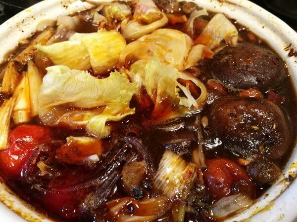 火鍋スープにくずきりとレタスを追加して煮こみ中