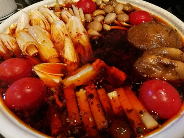火鍋スープに野菜の具材を入れた