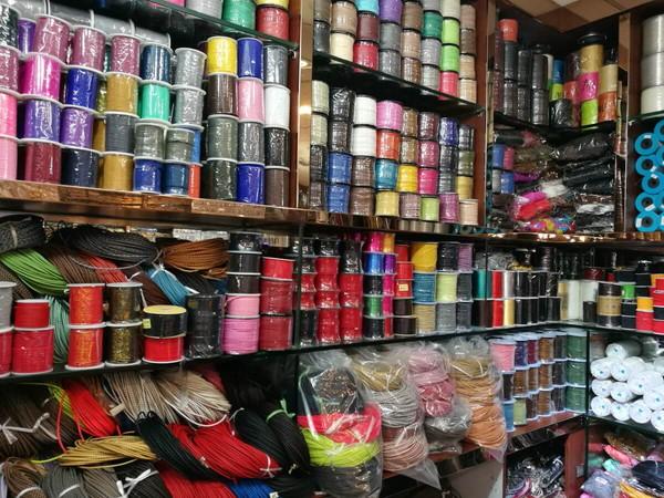 【茘湾】で中国紐を売っているお店の店内で紐が並んでいる