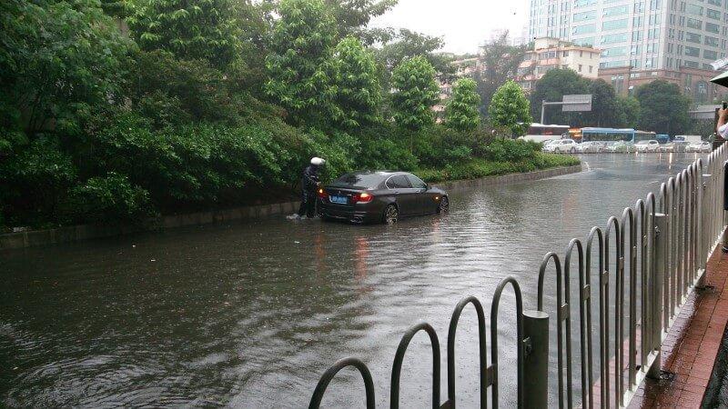 広州の春に雨が降って車が冠水している