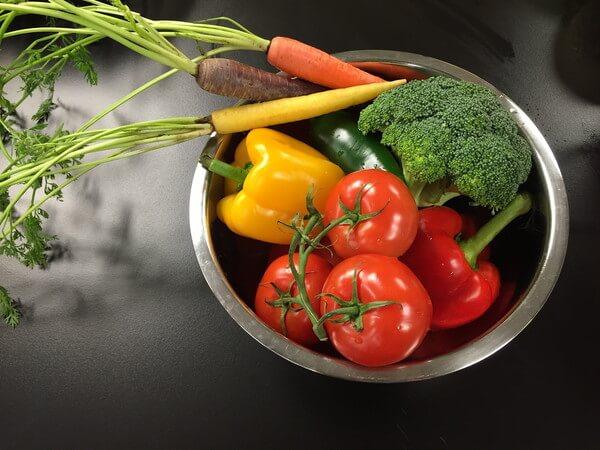ボウルに野菜を入れて農薬除去